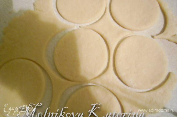 Раскатать тесто толщиной примерно 2-3 мм и вырезать кружки выемкой для печенья