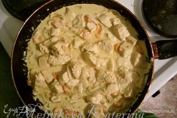 Добавить бульон из курицы и тушить соус 5 минут. Добавить в соус куриное филе, накрыть крышкой и тушить 20 минут на медленном огне.