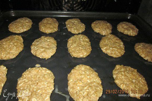 Перемешать муку с разрыхлителем,сахаром.Добавить хлопья и манку.Раст.масло.Замесить тесто.Мокрыми руками формировать печеньки.И в разогретую до 180 градусов духовочку на 25 мин.
