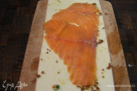 Собираем наши рулетики. Кладем лист лазаньи. Промазываем его горчицей, выкладываем на него кусочек лосося.