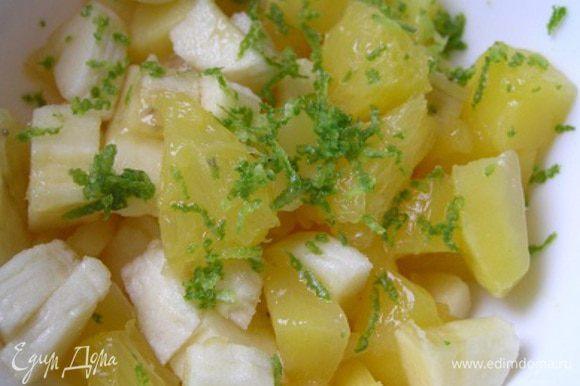 Приготовить начинку. Банан, манго и апельсин нарезать маленькими кусочками (апельсин очистить от пленок), добавить сок и цедру лайма, перемешать.