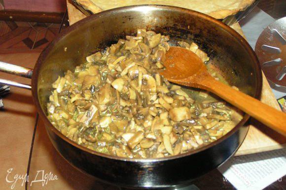 В той же сковороде обжарить грибы с порубленной зеленью, также немного посолив