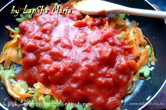 Теперь добавим томаты вместе с соком, уменьшим огонь до среднего и потушим минут 10.