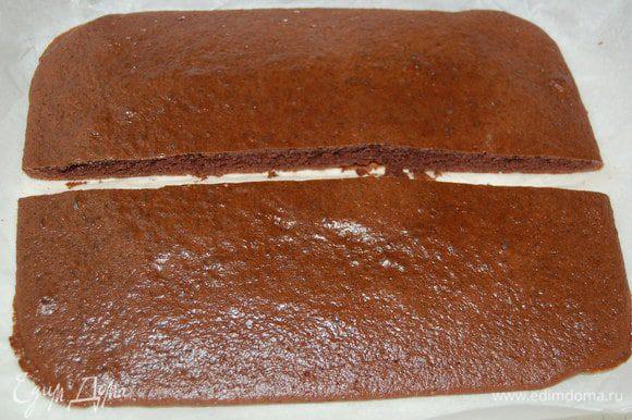 Остывший темный корж разрезать на два узких (как на фото).