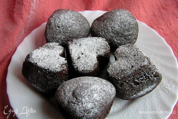 Кексы посыпать сахарной пудрой и подавать.
