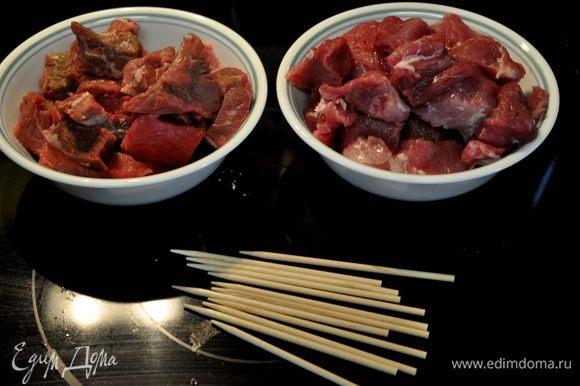 Поставить сковороду на огонь разогр.масло для жарки.Мясо чередуя говядина свинина нанизать на дерев. шпажки. Посолить и поперчить.