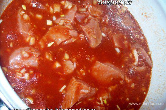 Добавляем воду, томатную пасту, растительное масло и винный уксус. Доводим суп до кипения.