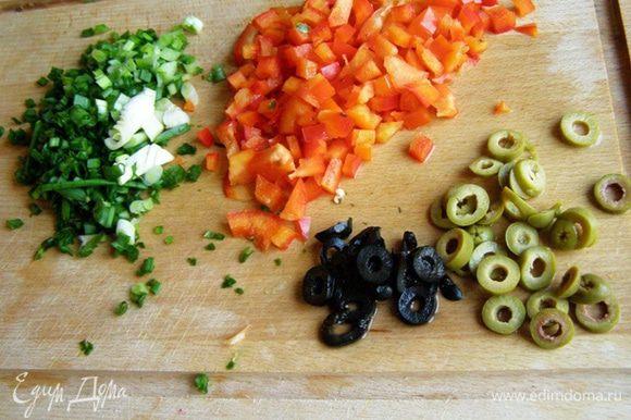 За это время мелко нарежем зеленый лук, болгарский перец, маслины и оливки - тонкими колечками