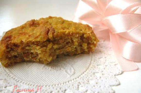 Маффины не будут легкими и воздушными, как бисквиты, но и сырыми быть не должны. Они готовы, если на зубочистке остаются крочечки, а не следы жидкого теста. Приятного аппетита!