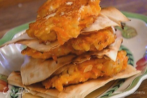 Сделать «сэндвич» из трех кусков поджаренного лаваша и трех оладий, уложив их таким образом, чтобы внизу оказался лаваш, а сверху — оладушек.