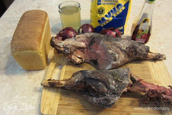 На самом деле я немного слукавил. Вместо говяжьего ростбифа я использовал мясо с запеченных бараньих ножек с чесноком. Как запекать баранью ножку под чесночным соусом вы можете найти у меня в других рецептах. И из говядины и из баранины данное блюдо получается очень и очень вкусным. В качестве гарнира я применил гарнир из батата, картофеля, сыра феты и пряностей. Этот гарнир вы тоже можете найти в моих рецептах.