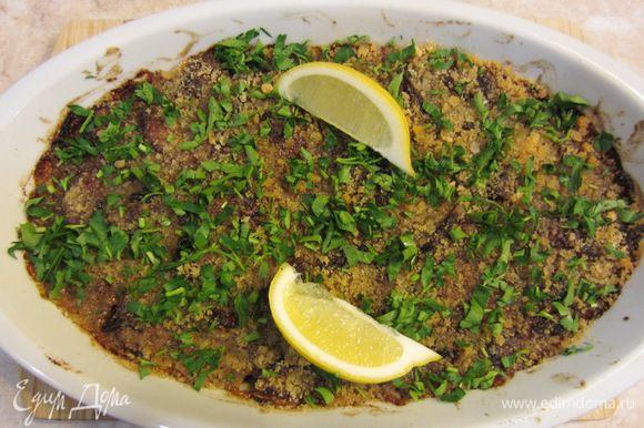 Порубите мелко петрушку и посыпьте сверху на блюдо. Выложите несколько ломтиков лимона на блюдо и поставьте блюдо на стол или презентуйте мясо сверху гарнира.