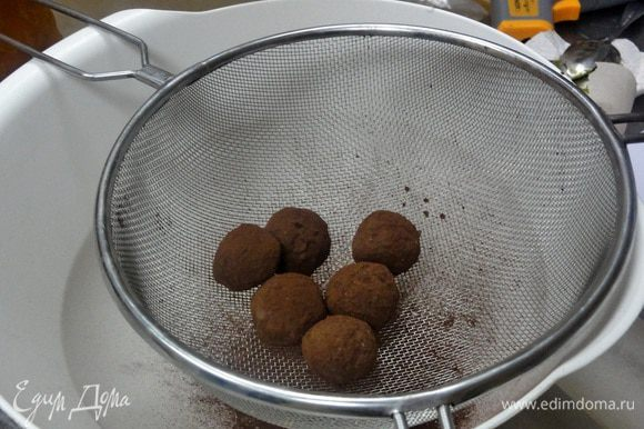 Затем обваливаем в какао-порошке, излишки стряхиваем и оставляем на 15 минут.