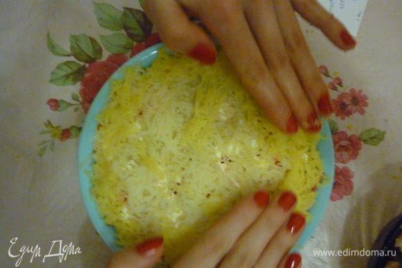 Картофель тоже на терку укладываем утрамбовываем)) и сеточку.