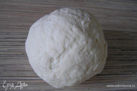 Просеять муку, добавить соль, перемешать. Постепенно подливая воду, замесить тесто как на пельмени(не очень мягкое),накрыть его и дать отдохнуть около часа.