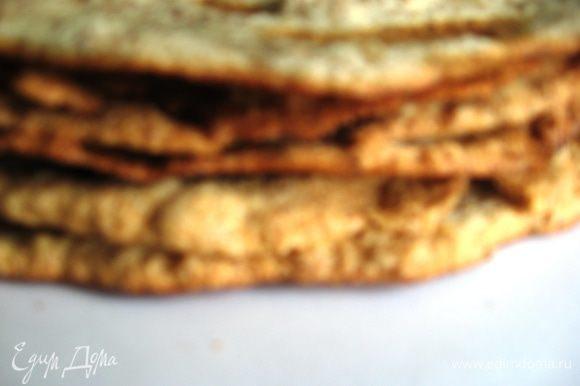 Лучше печь сразу по несколько коржей, если есть возможность. Это тесто не любит ждать. Помните, что это не безе и не меренги, испеченные коржи «Эстерхази» могут оказаться твердыми, но когда остынут, станут похожими на тонкие ореховые бисквиты. Должно получиться 6 коржей. Они очень хрупкие, когда остывают, будьте аккуратны.
