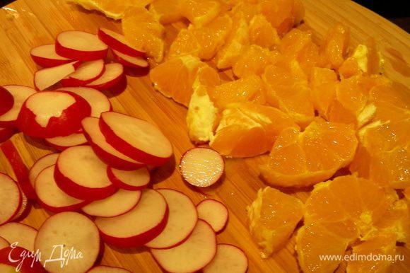 Редис режем кружочками. Апельсины чистим, удаляем пленки, разделяем на сегменты (я их порезала средними кусочками). Салатные листья моем и сушим.