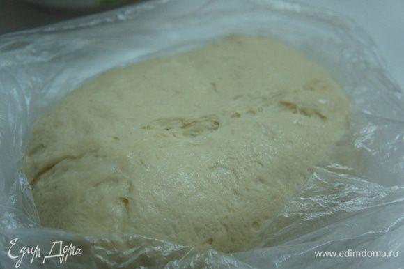 Тесто: Положить сахар, дрожжи в миску и залить 4-мя ст. ложками тёплой воды на 15 минут. Муку смешать с солью и сделать колодец. Добавить 1 ст. ложку оливкового масла и оставшуюся воду. Начать вымешивать деревянной ложкой. Выложить тесто на стол и месить руками минут 5. Вернуть тесто в миску, накрыв полотенцем, и оставить на 30 минут в тёплом месте. Затем обмять ещё 2 минуты.