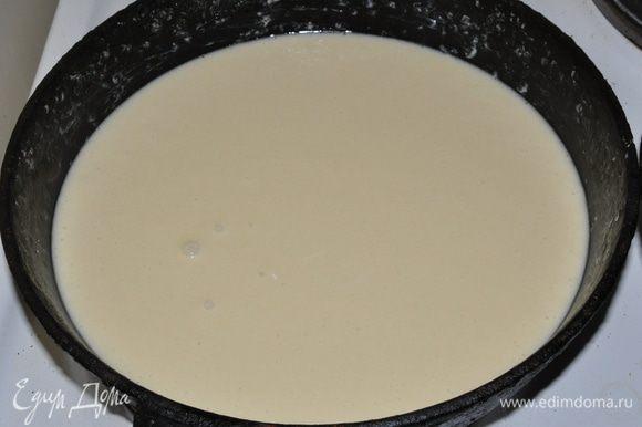 Вылить тесто в форму смазанную сливочным маслом и выпекать в разогретой духовке примерно 25 мин. (регулируйте время выпекания по своей духовке, до сухой шпажки)