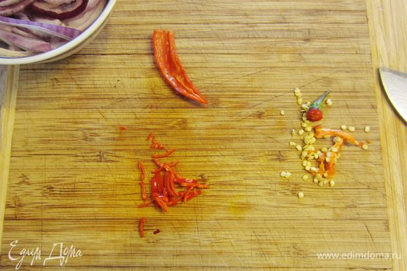 Если кто любит поострее - просто нарежьте перец кольцами. Если нет, то отрежьте попку и разрежьте перец вдоль пополам. Удалите семена и перегородки и нарежьте перец тонкой соломкой.