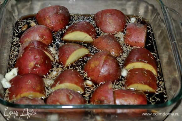 Разогреть духовку до 210гр. В квадратной форме для духовке скомбинировать картофель,курин. бульон,бальзамич.уксус,чеснок и тимьян/я использовала сухой/. Посолить и поперчить.