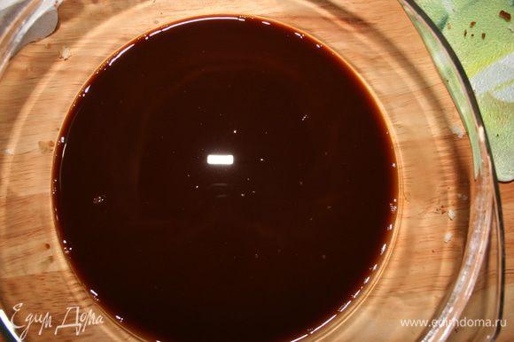 Завариваем крепкий кофе и остужаем. Клубнику разморозить (если используется свежемороженая), добавить 1 ст.л. сахара и растолочь.