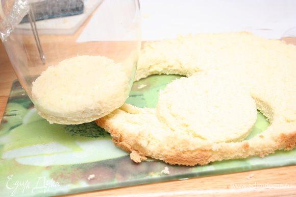 Остывший бисквит разрезаем на 3 части. В зависимости от формы, которые собираетесь использовать для Тирамису, нарезаем бисквит. Я сделала два кружочка для бокалов.
