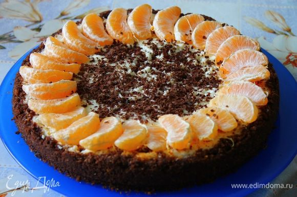 Украшайте по желанию. Можно покрыть шоколадной глазурью. Я середину присыпала темным шоколадом и выложила по кругу дольки мандаринов. Очень вкусно!