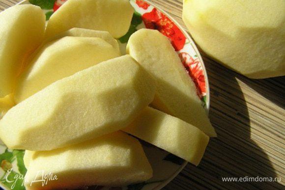 Тесто разморозить. Яблоки очистить от кожуры и семян, нарезать крупными дольками.