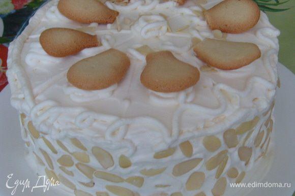 Для украшения взбить сливки. Обмазать торт со всех сторон. Наметить порции торта. Выдавить на каждый кусочек розочки из крема, уложить на них половинки печенья. Украсить края и поверхность торта миндальными хлопьями и полосками апельсиновой цедры.