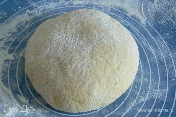 из перечисленных продуктов замес сделала в хлебопечке. (или В большой миске смешать четверть чашки воды, дрожжи и сахар. Оставить на 5 минут, пока дрожжи запенятся. Добавить остальную воду, молоко, тыквенное пюре, соль, хлопья и 2 чашки муки. Тщательно размешать. Добавить масло. Затем, добавляя по половине чашки муки, замесить мягкое тесто до тех пор, пока оно не станет отделяться от стенок миски. Вынуть тесто из миски на слегка припыленную мукой рабочую поверхность. Месить тесто пока оно не станет эластичным и мягким. Положить тесто в смазанную маслом миску, накрыть пленкой, оставить тесто подниматься пока оно не вырастет вдвое, примерно на полтора часа)