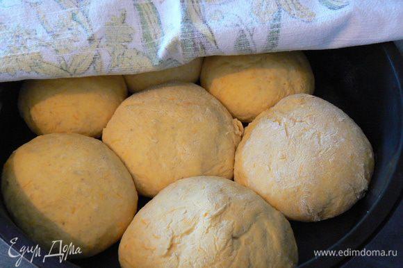 Подошедшее тесто выложить на рабочую поверхность, разделить на 5-6 частей, сформировать круглые буханочки хлеба. Уложить хлеб в форму , накрыть чистым полотенцем, оставить подходить на 45 минут.