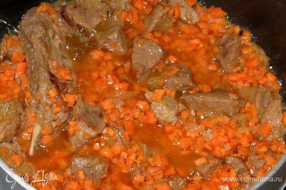 Увеличить огонь. Положить в кастрюлю морковь, быстро обжарить.