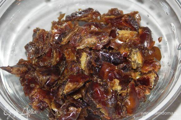 Ягоды для соуса вытащить из морозилки(у меня малина и немного вишни).Финики тщательно помыть,высушить и порезать.