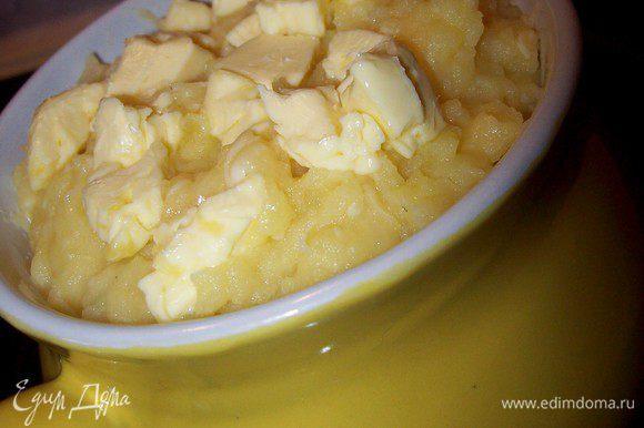 Раскладываем картофель по гаршочкам. сверху выкладываем кубики сливочного масла и отправляем в духовку, разогретую до 180 гр., до образования румяной корочки.