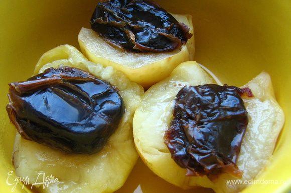 Яблоки помыть, разрезать на половинки, очистить от кожуры и сердцевинки с семечками. Финики промыть, предварительно залив горячей водой. Если есть необходимость, освободить от косточки. Заполнить половинки яблок финиками (можно целыми, а можно порезать кусочками), варить в пароварке 20-25 минут (время зависит от сорта яблок). Я варю яблочки в емкости для риса, чтобы сохранить выделившийся сок и при подаче полить им десертик. Если яблоки окажутся кисловатыми, можете полить сверху медом.