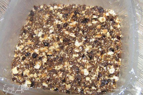 Выложить массу в форму, застеленную пищевой пленкой, разровнять и убрать в холодильник.