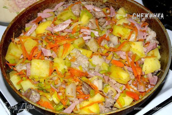 На отдельной сковороде обжарить несколько минут мясо (кроме ветчины). Затем отправить его к овощам, добавить ветчину, перемешать и жарить еще 8 минут.