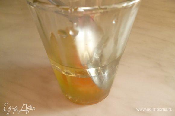 В 200-грамовый стакан разбить яйцо,добавить растительное масло и уксус.