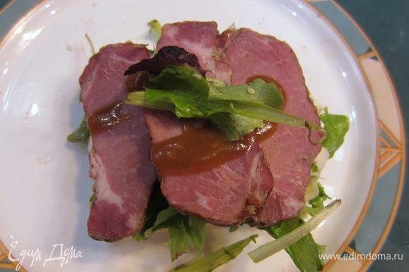 Положите на сыр кусочки мяса, полейте сверху несколькими каплями соуса.