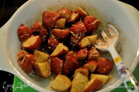 Добавить картофель и все перемешать.Осторожно все выложить на блюдо или противень горячий. Готовить примерно 35-45 минут.