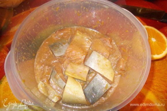 филе разрезать на кусочки.Смешайте соевый соус и кунжутное масло. Добавьте коричневый сахар. Натрите цедру апельсина.Выжмите сок половины апельсина.Залейте рыбку половиной маринада и оставьте на 15 минут.затем обжарить на оливковом масле или запеките в духовке.