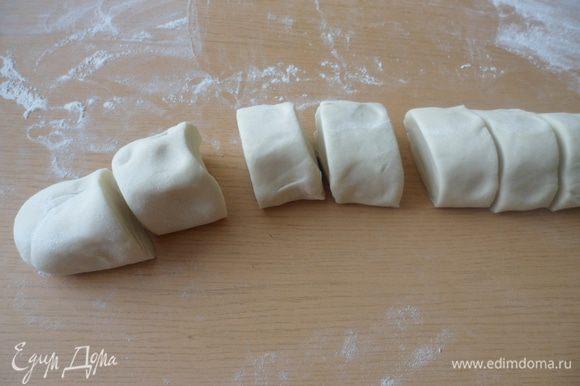 Колбаску разрезаем на несколько небольших равных кусочков.