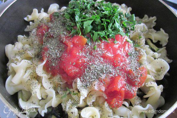 Отварить пасту и добавить её в сковороду к маслинам и цукини. Добавить помидоры, петрушку, базилик.