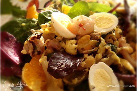 Мандарин почистить и порезать на дольки (удалив кожицу и семена). Салатный микс сложить в миску- посыпать морской солью, сбрызнуть лимонным соком или соком лайма (по вкусу) и полить 1 ст.л. оливкового масла EV- аккуратно перемешать руками или лопатками. Выложить порционно на три тарелки. Достать морепродукты из духовки- они должны слегка подрумяниться (точнее сыр).