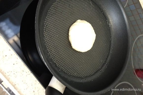 Шарик с начинкой выкладываем на сковороду.