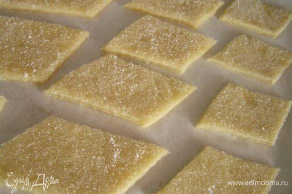 Для сладкого печенья можно просто обмакнуть в сахар каждую фигурку с одной стороны. Дополнительно можно украсить сухофруктами. Еще можно растолочь орехи с сахаром и также обмакивать каждое печенье с одной стороны в ореховую смесь.
