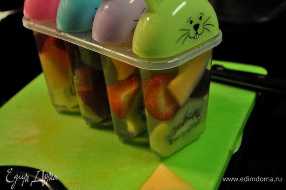 Выложить фрукты в форму и залить соком.Закрыть и поставить в морозильник на не менее 6час.или на ночь.