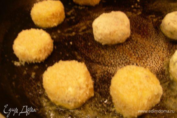 Разогреваем сливочное и растительное масло, когда оно зашипело выкладываем наш сыр и обжариваем его минуты по 3-4 с каждой стороны, один раз аккуратно перевернув. Можно это сделать во фритюре.
