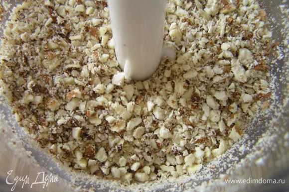 Орехи поместить в чашу блендера и измельчить.